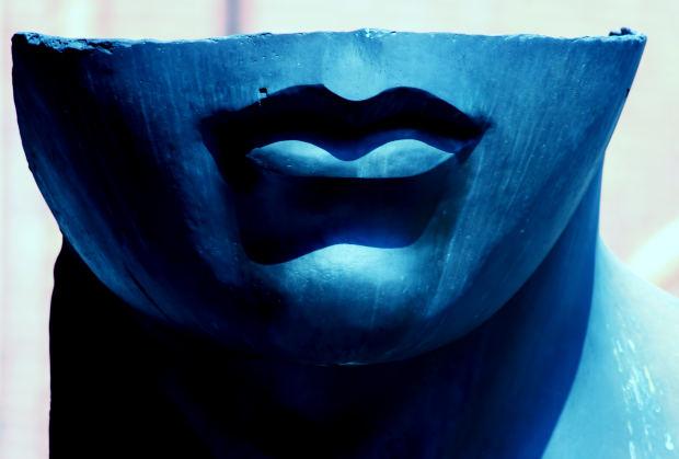 blue-smile-woman-sculpture