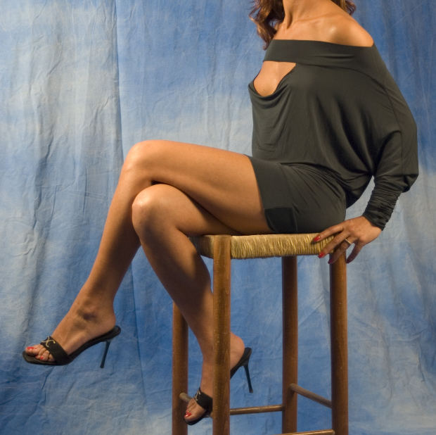 suspense-short-story-woman-table-legs-mystery