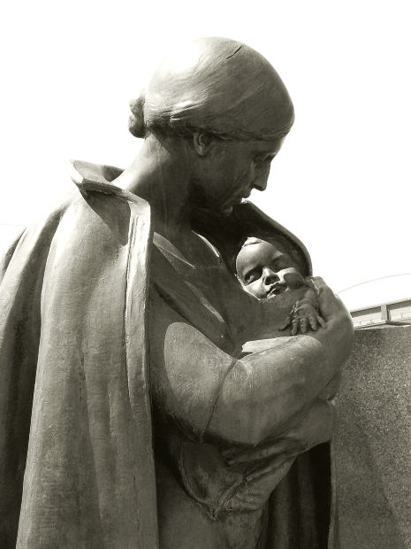 mother-holding-baby-statue